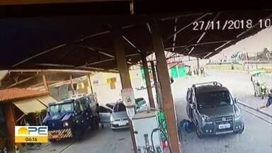 Tentativa de roubo a carro-forte deixa segurança morto e duas pessoas feridas em Gravatá - Um dos feridos também é um segurança, que foi socorrido para o Hospital da Restauração, no Recife. Outra mulher foi baleada enquanto estava na fila do caixa eletrônico. Ele está com quadro estável, no Hospital Regional do Agreste.