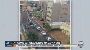 Trânsito fica parado na Avenida Braz Olaia Acosta em Ribeirão Preto, SP - Motoristas têm dificuldades para chegar ao outro lado da avenida.