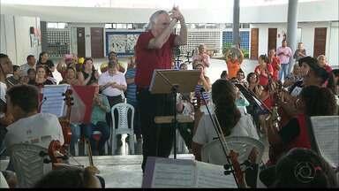 JPB2JP: Maestro João Carlos Martins visita jovens músicos em João Pessoa - Regeu o grupo.