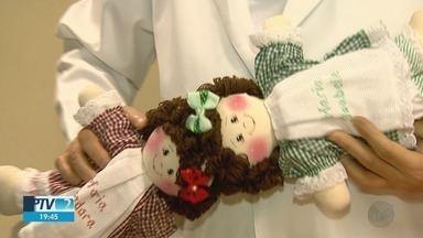 Gêmeas ganham presente para entender separação em Ribeirão Preto - Um mês depois da cirurgia, irmãs do Ceará continuam no HC.