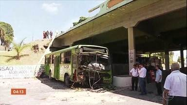 Ônibus cai de viaduto em Contagem (MG) e deixa 22 feridos - O motorista perdeu o controle da direção, bateu num poste, quebrou a mureta de proteção e caiu na rua que passa embaixo do viaduto. Os 22 feridos estão internados.