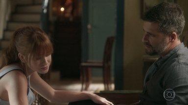 Luz e Gabriel tentam entender relação entre León e o rapaz - Gabriel conversa com Luz sobre o gato León