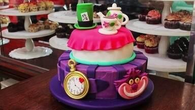 Confeiteira se especializa em produzir bolos criativos em São Paulo - Empresa começou com cupcakes e, depois, partiu para a produção de bolos artísticos.