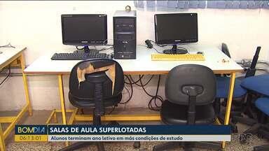 Alunos terminam ano letivo em más condições de estudo - As salas de aula estão superlotadas e os estudantes reclamam do calor.