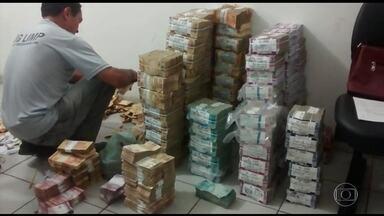 Polícia prende bandidos envolvidos em assalto em agência bancária em Bacabal, MA - A polícia prendeu sete integrantes da quadrilha, que estavam num caminhão-baú, circulando pela BR-361, perto da cidade de Santa Luzia do Paruá. Houve troca de tiros e três bandidos morreram num confronto.
