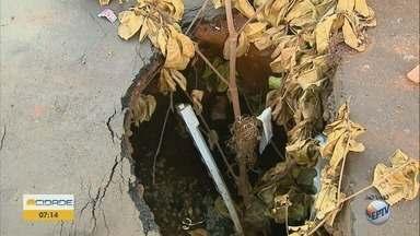 Motoristas reclamam de 'cratera' na Rua Luiz Barreto em Ribeirão Preto - Galeria de água pluvial cedeu e buraco atrapalha o trânsito no bairro Campos Elíseos.
