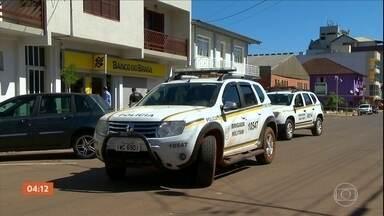 Refém e seis ladrões são mortos após ataques a agências bancárias no RS - Na ação, moradores foram obrigados a fazer um escudo humano para proteger os criminosos.