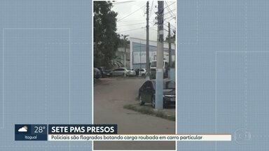 Policiais são flagrados transferindo carga roubada para carro particular em São Gonçalo - Corregedoria investiga ação de policiais fardados que aparecem em imagens retirando cargas e um caminhão apreendido e colocando dentro de um carro particular. A carga de laticínios tinha sido apreendida no Morro do Castro, em São Gonçalo.