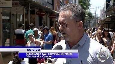Polícia reforça segurança no Centro de São José para o Natal - Policiais orientam sobre comportamento na hora de fazer compras.