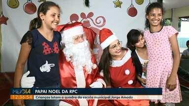 Papai Noel da RPC: Crianças lotam a quadra da escola municipal Jorge Amado - Hoje o Papai Noel vai visitar a escola municipal João Adão da Silva, no Três Lagoas.
