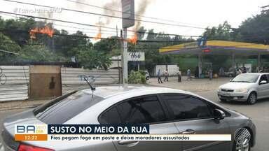 Fios pegam fogo em poste e assuta moradores do bairro do Stiep, em Salvador - O local foi interditado para não causar riscos para pedestres que circulam no local.