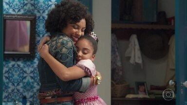 Flor se emociona ao ver Sheila - A pequena confessa que pensou que a mãe não fosse mais aparecer