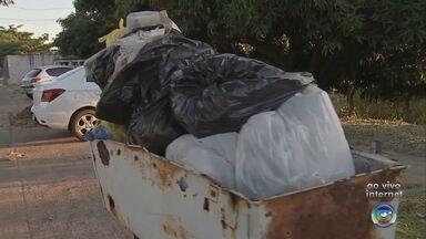 Moradores e comerciantes de Marília reclamam do lixo acumulado nas ruas - Problema começou no último sábado (1º) depois que empresa contratada para fazer a coleta abandonou o serviço alegando 'calote' por parte da prefeitura. Administração contesta dívida e promete recolher o lixo.