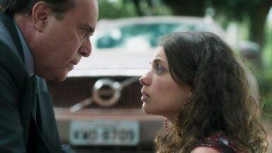 Olavo se preocupa com Lourdes Maria - Ele pede para o motorista levá-la para casa