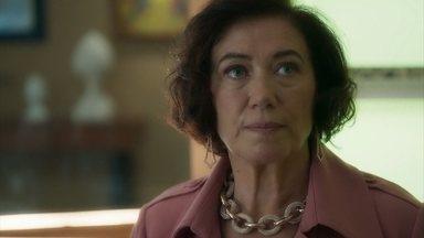 Valentina chama Louise para fazer um telefonema - Valentina repreende Louise por chamá-la de Marlene e dizem que precisam ligar pra Paris e convencer Marcos Paulo a voltar ao Brasil.