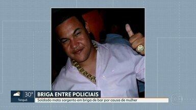 Policiais militares trocam tiros entre si após briga em bar na Baixada Fluminense - O caso aconteceu em Nova Iguaçu. Um agente morreu. O outro ficou ferido e foi preso em flagrante.