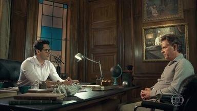 Livaldo pede a Lúcio um tempo para conquistar a confiança de Samuca - O pai de Samuca pretende furtar o documento que prova que ele é o verdadeiro dono da fórmula do adubo da SamVita