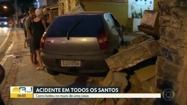Carro bate no muro de casa em Todos os Santos, Zona Norte do Rio - O motorista perdeu o controle da direção do veículo numa curva e acabou batendo no muro da casa.