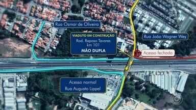 Construção de viaduto causa interdições na Rodovia Raposo Tavares em Sorocaba - A construção de um viaduto na altura da Avenida João Wagner Wey, em Sorocaba (SP), está causando interdições na Rodovia Raposo Tavares.