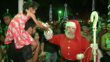 Chegada do Papai Noel em Paranavaí encanta população - A casa do bom velhinho, neste ano, fica na Praça dos Pioneiros, até o dia 22 de dezembro.