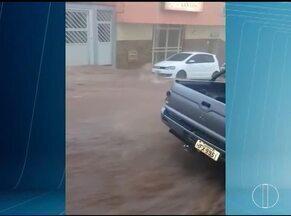 Vídeo mostra inundação em ruas de Três Marias após forte chuva na região Central de Minas - Morador filmou momento em que um córrego que corta a cidade transbordou nessa sexta-feira (7); em Pirapora, Norte de Minas, chuva ajudou a recuperar nível do Rio São Francisco.