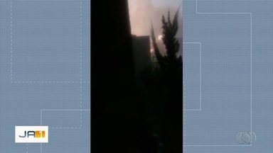 Fios se rompem e causam explosão durante chuva em Senador Canedo - Ventania também destelhou casas.