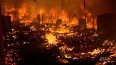 Incêndio destrói centenas de casas em bairro de Curitiba - O fogo começou no fim da noite de ontem e rapidamente se espalhou pelos imóveis da Cidade Industrial.