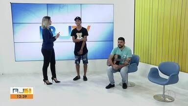 Cantor Mumuzinho se encanta com talento de jovem de São Pedro da Aldeia, no RJ - Assista a seguir.