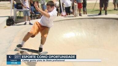 Com Pedro Barros e Yndiara Asp presentes, pista de skate é inaugurada em bairro da capital - Com Pedro Barros e Yndiara Asp presentes, pista de skate é inaugurada em comunidade de Florianópolis