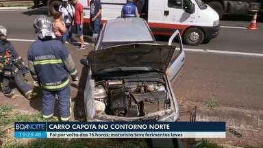 Carro capota no Contorno Norte em Maringá - O motorista teve ferimentos leves.