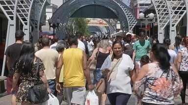 Consumidores lotam Calçadão de Bauru no primeiro dia de horário especial - No primeiro fim de semana com horário especial de Natal, o Calçadão de Bauru ficou lotado. Os consumidores estão dispostos a gastar e os lojistas estão otimistas com o resultado das vendas.