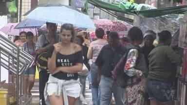 Compras de Natal movimentam comércio em São Vicente, SP - Consumidores antecipam as compras de fim de ano.