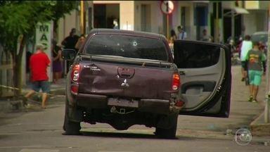 Emoção marca enterro de vítimas da tentativa de assalto a banco no Ceará - Testemunha diz que tiro que matou filha saiu de arma de policial. Quadrilha tentou assaltar um banco e a polícia impediu, mas na troca de tiros morreram 14 pessoas.