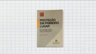 Cartilha ajuda a falar sobre drogas com os jovens - A cartilha 'Proteção em primeiro lugar' foi escrita por Marsha Rosebaum, uma renomada especialista norte-americana em políticas sobre drogas e traduzida para o português pela ONG brasileira Instituto Igarapé.