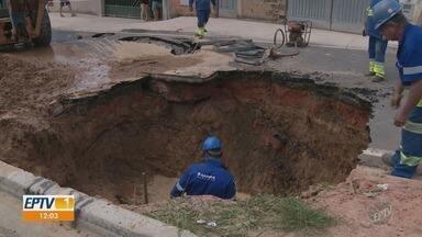 Rompimento de subadutora em Campinas causa vazamento por 12 horas - Moradores da região do Ouro Verde reclamam da qualidade do asfalto da Avenida Petrona Recalde.