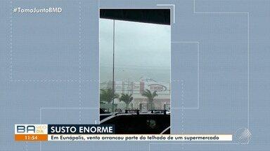 Vento arranca parte do telhado de um supermercado em Eunápolis - Veja os estragos causados pela chuva.