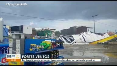 Jequié: vento arranca árvores e cobertura de um posto de gasolina - Veja os estragos causados pela chuva.