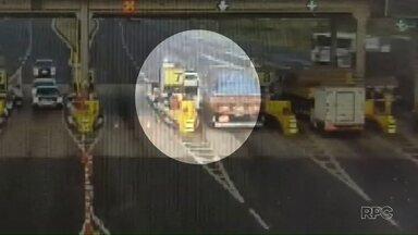 Caminhão não consegue parar e bate contra carros em fila de pedágio - O acidente ocorreu na região de Maringá.