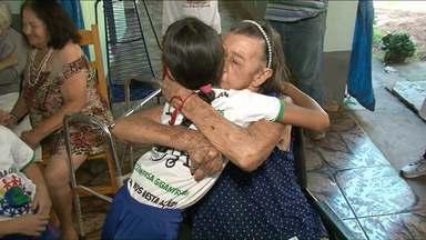 Alunos da escola municipal Elza Cazelli doam cadeira de rodas a lar dos idosos - Os estudantes conseguiram comprar a cadeira juntando lacre de latinhas.