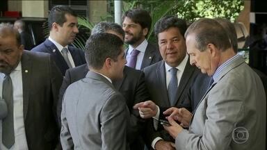 Bolsonaro se reúne com lideranças de partidos em Brasília para criar base no Congresso - Representantes do DEM e do próprio partido do presidente eleito, o PSL, dizem que Jair Bolsonaro não deve interferir na escolha do próximo presidente da Câmara dos Deputados.