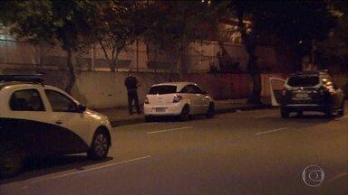 Operação da polícia prende primeiros suspeitos de envolvimento na morte de Marielle - Policiais da Delegacia de Homicídios do Rio estão cumprindo mandados de busca e apreensão em quinze endereços no Rio de Janeiro e fora do estado.
