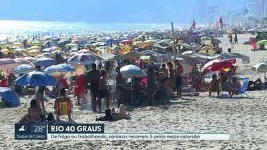 Rio tem o dia mais quente do ano nesta quinta-feira (13) - Nesta quinta-feira, os termômetros marcaram 39,6 graus. Com tanto calor, muita gente aproveitou o Sol e foi para a praia.