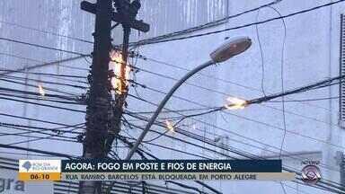 Incêndio em poste interrompe trânsito na Rua Ramiro Barcelos em Porto Alegre - Fogo começou por volta das 4h30 da madrugada. Interrupção ocorreu entre a Rua São Carlos e a Avenida Cristóvão Colombo. Fluxo começou a ser liberado às 7h30.