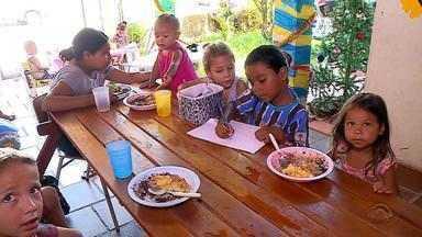 Artesã transforma casa em refeitório para distribuir almoços para crianças em Santa Maria - 70 almoços são servidos uma vez por semana.