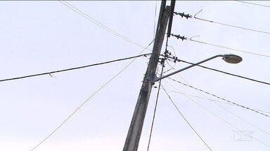 Poste de iluminação pública assusta moradores no bairro Sá Viana em São Luís - Inclinação do poste já está tão grande que as pessoas que moram na comunidade temem um mal maior.