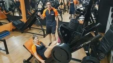 Azank é desafiado para um dia de treino na academia - Professores da academia de Marcelo Veronez desafiaram Azank para um treino de perna