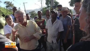 Moradores do bairro Alegre fazem manifestação em Timóteo - Eles reivindicam o fim da obra de uma adutora.