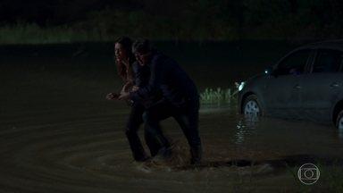 Emiliano e Lenita caem no lago com carro e tudo - Lenita distrai o ator ao beijá-lo e Emiliano acaba perdendo o controle do carro