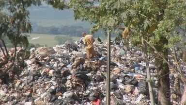 Marília sofre com acúmulo irregular de lixo em área de transbordo - Mesma empresa que suspendeu o recolhimento do lixo alegando calote da prefeitura também parou o trabalho de levar material para aterros pelo fim do contrato. Prefeitura não definiu prazo para resolver problema.