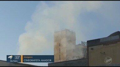 Loja de tecidos pega fogo no Centro de Piracicaba - Incêndio começou por volta das 3h da manhã. Foram utilizados 40 mil litros de água para apagar as chamas. Ninguém ficou ferido.